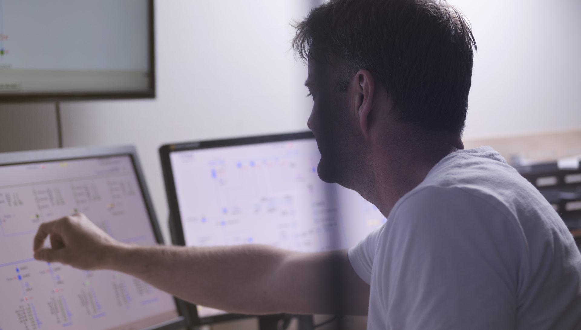 Ingeniør foran skjermer